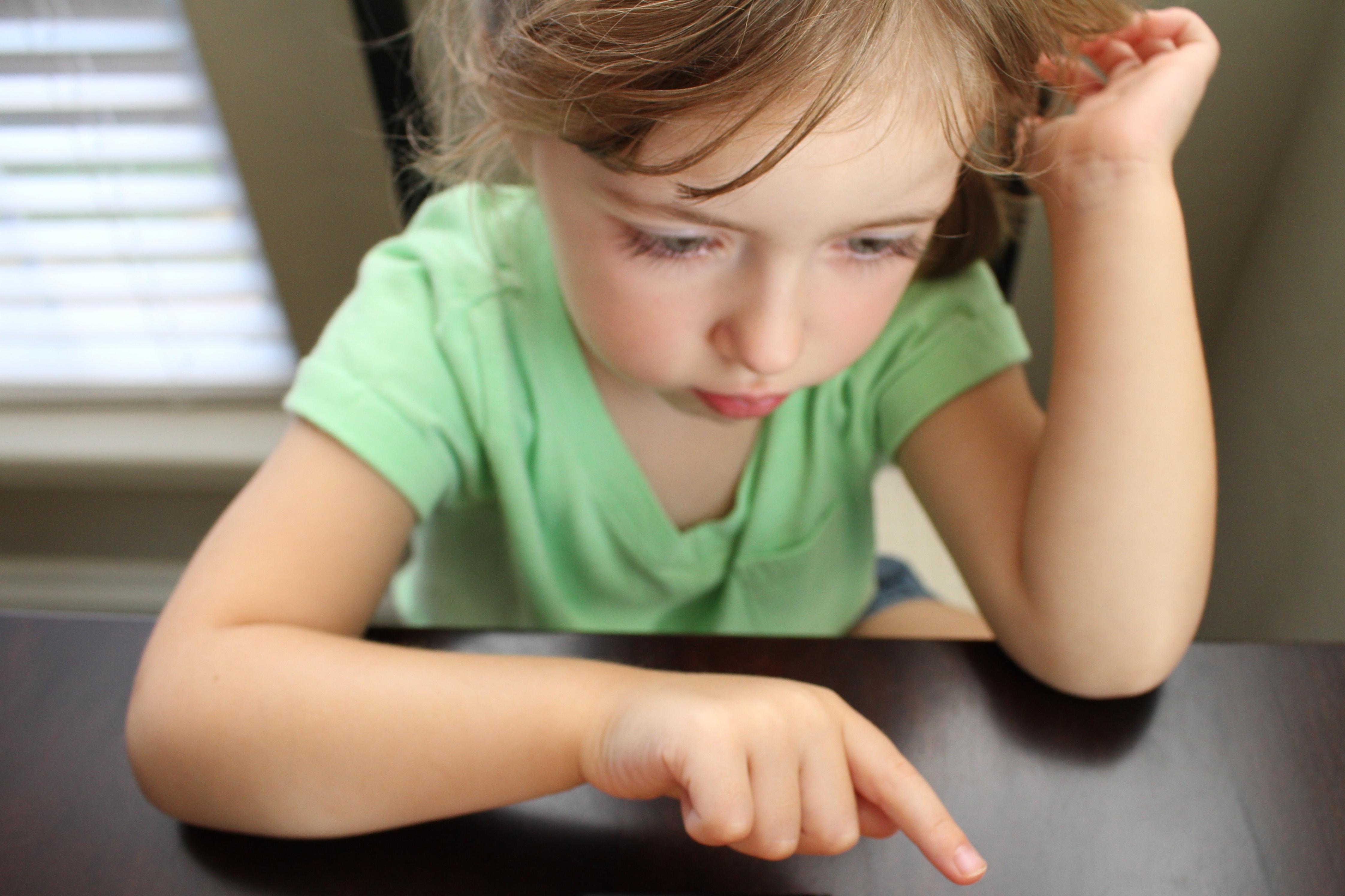 Le jeu Montessori pour apprendre les langues