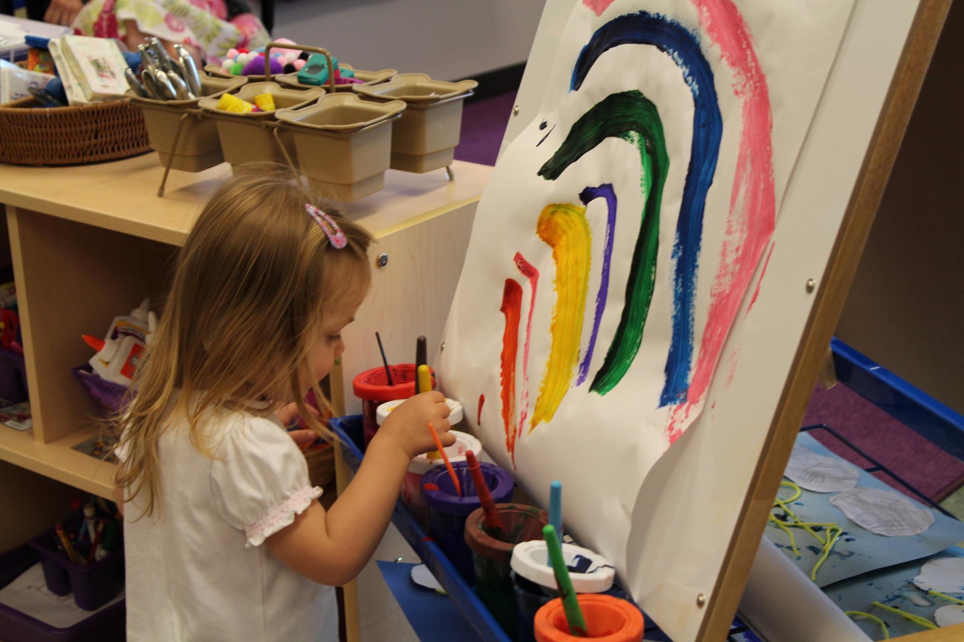 Apprendre les couleurs primaires avec la peinture !