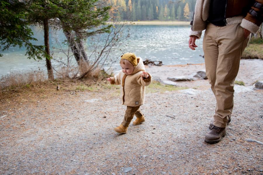un père et son fils se promenenant