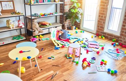 pleins de jouets par terre  dans une chambre