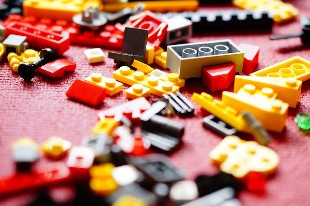 des legos dans une chambre
