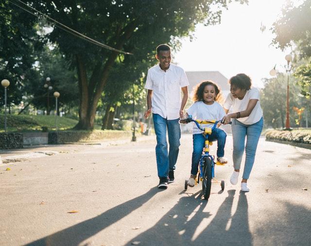 une enfant fait une activité en famille