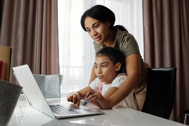 Une enfant fait un travail avec la babysitter