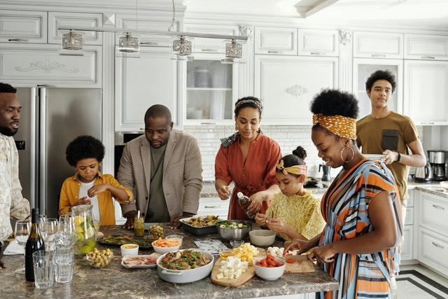 une famille cuisine le repas de pâques