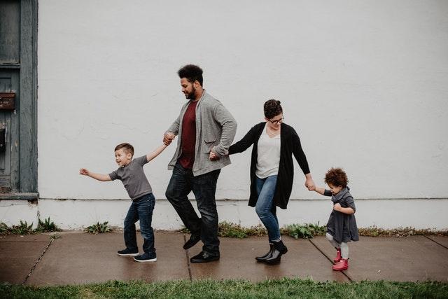 une famille fait une activité ludique