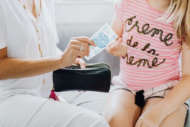 une maman donne de l'argent pour l'anniversaire de sa fille