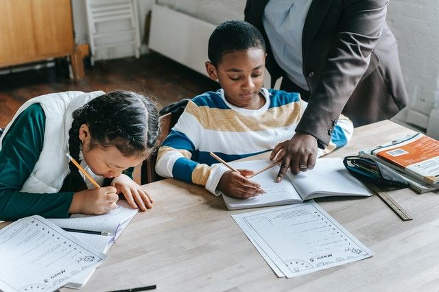 les enfants font leurs devoirs