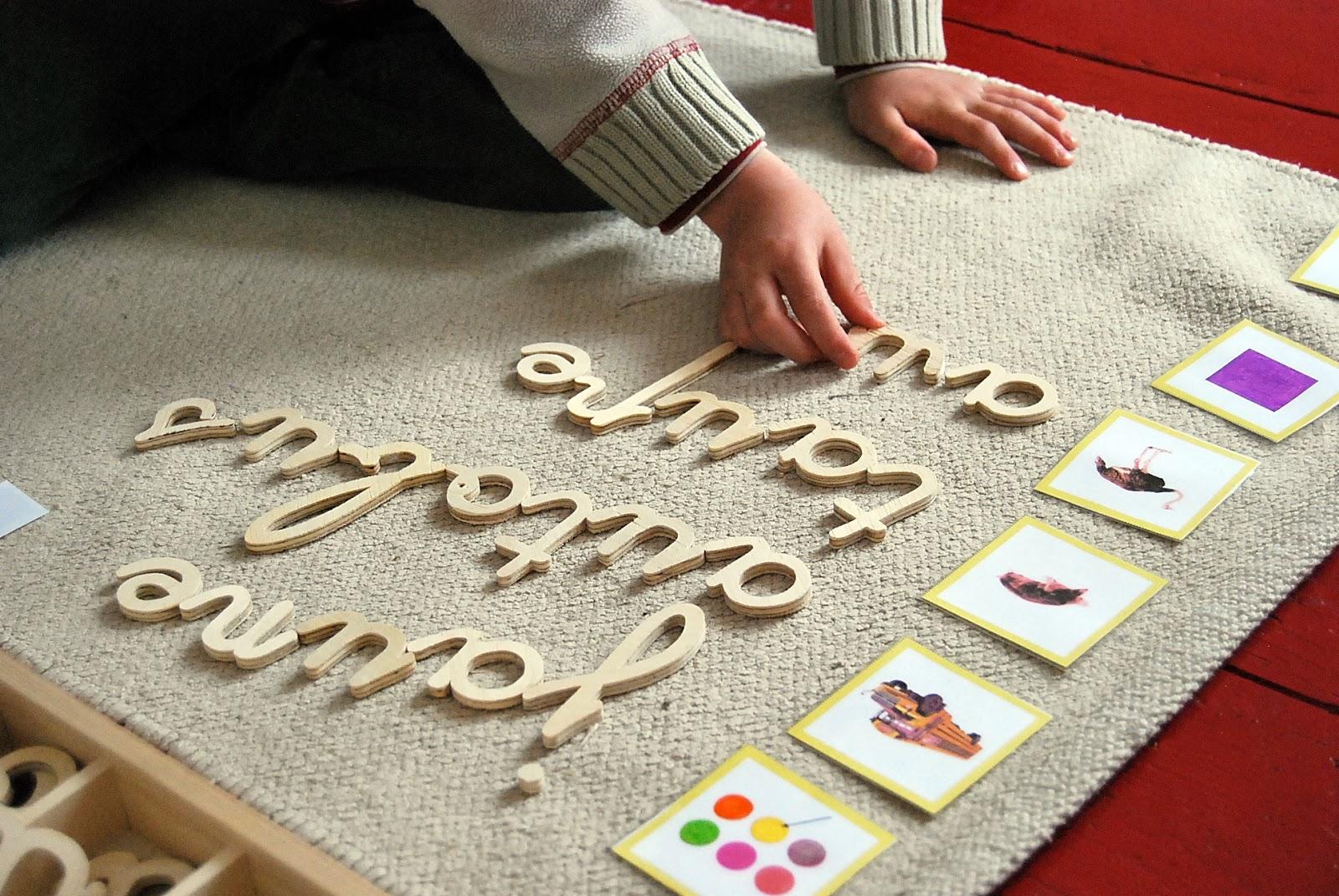 un enfant fait des activités basés sur la méthode montessori en compagnie de sa maman