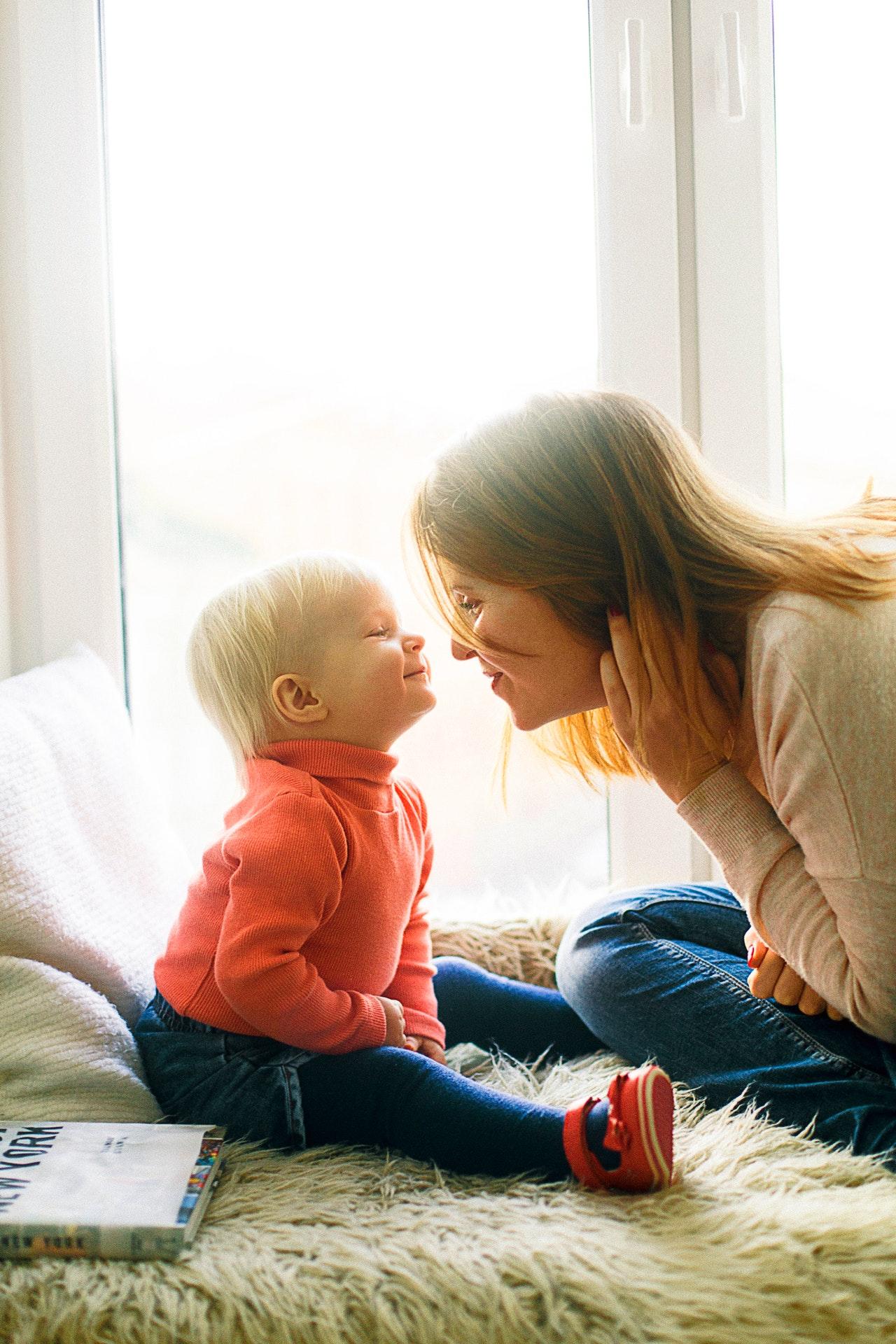 une baby-sitter et un enfant jouent