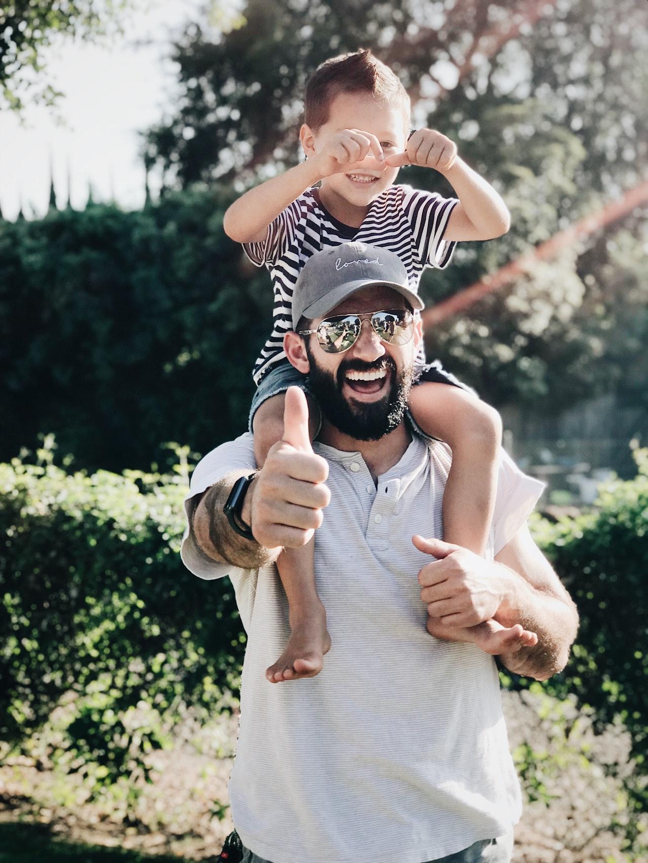 un papa et son fils sont complices