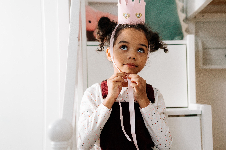 """Une enfant avec une couronne, simulant les """"enfants rois"""" des écoles Montessori"""